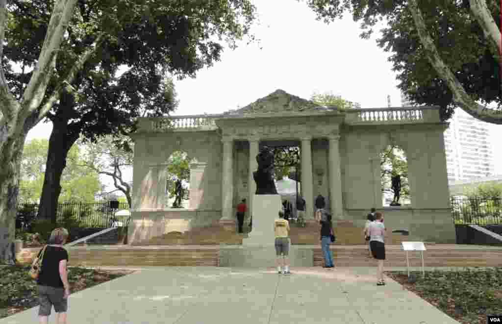 Lối vào khu vườn của viện bảo tàng Rodin vừa được sửa sang lại, với bức tượng Người Suy Tưởng ở chính giữa, và tượng của ông Adam (trái) và Bóng Tối (phải) được đặt trở lại ngoài trời. (Z.Hoke/