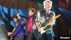 Các thành viên ban nhạc Rolling Stones trình diễn tại buổi biểu diễn miễn phí tại Ciudad Deportiva de la Habana ở Havana hôm 25/3.