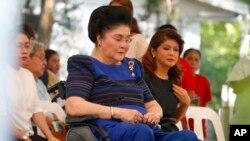 ဖိလစ္ပိုင္ အာဏာရွင္ေဟာင္း Ferdinand Marcos ရဲ႕ အုတ္ဂူကို လာေရာက္တဲ႔ သမၼတကေတာ္ေဟာင္း Imelda Marcos နဲ႔ သမီးျဖစ္သူ Imee Marcos။