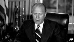 Eski Başkan Gerald Ford, Watergate skandalıyla suçlanarak istifa eden kendisinden önceki Başkan Richard Nixon'u affetmişti.