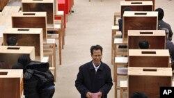 Ông Lin Zuluan đến bỏ phiếu trong cuộc bầu cử hội đồng xã Ô Khảm
