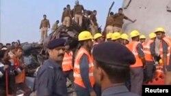 Nhân viên cứu hộ và người dân tập trung ở hiện trường vụ tai nạn xe lửa ngày 20/11/2016.