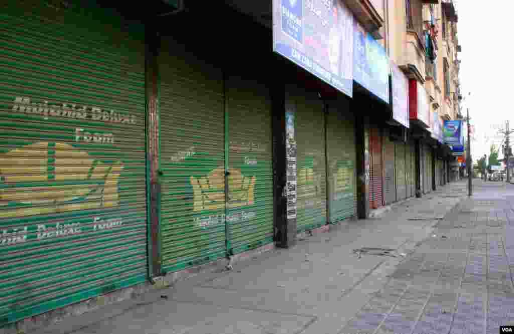 شاہراہ پاکستان پر واقع دکانیں بند ہیں