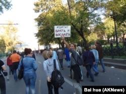 去年9月在莫斯科市中心舉行的抗議俄羅斯入侵烏克蘭的大規模反戰遊行中,一名示威者手舉標語:夠了,不要再撒謊和打仗。 (美國之音白樺拍攝)