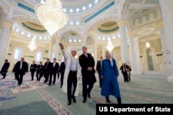 AQSh Davlat kotibi Jon Kerri 2015-yilning noyabrida Qozog'istonga borganida Ostonadagi Hazrat Sulton masjidida bo'lgan edi