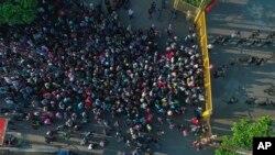 Migrantes centroamericanos se aglomeran en Tecun Uman, en la frontera entre México y Guatemala, el 2 de noviembre del 2018. (AP Photo/Oscar Rivera, File)