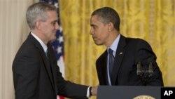 အေမရိကန္သမၼတ Barack Obama နဲ႔ အသစ္ခန္႔အပ္လိုက္တဲ့ အိမ္ျဖဴေတာ္ အရာရွိခ်ဳပ္r Denis McDonough ကို အိမ္ျဖဴေတာ္တြင္ ေတြ႔ရစဥ္။