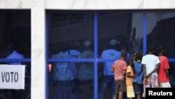 Contagem de votos, na Guiné-Bissau, sob o olhar atento de vários jovens