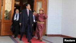 22일 몽골 수도 울란바토르를 방문한 아베 신조 일본 총리(왼쪽)가 차히아긴 엘베그도르지 몽골 대통령과 회동했다.
