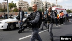 5일 예루살렘 사고 현장에서 이스라엘 경찰들이 주변을 수색하고 있다.