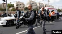 Cảnh sát Israel tại hiện trường sau vụ tấn công ở Jerusalem, ngày 5/11/2014.