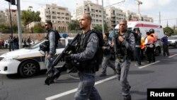 Polisi Israel memeriksa lokasi serangan di Yerusalem (5/11).