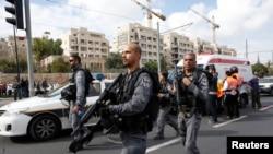 Police Israel memeriksa lokasi serangan di Yerusalem (5/11).