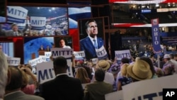 Republican အမ်ဳိးသားညီလာခံစင္ျမင့္ေပၚသို႔ ကိုယ္စားလွယ္ေလာင္း Mitt Rlomney တက္လာခ်ိန္ ေထာက္ခံသူမ်ားက အားေပးေနပံု။ (၀၈၊ ၂၈၊ ၁၂)