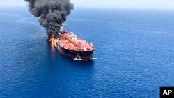 Một tàu chở dầu đang bốc cháy trên biển Oman, hôm thứ Năm 13/6/2019. (AP Photo/ISNA)