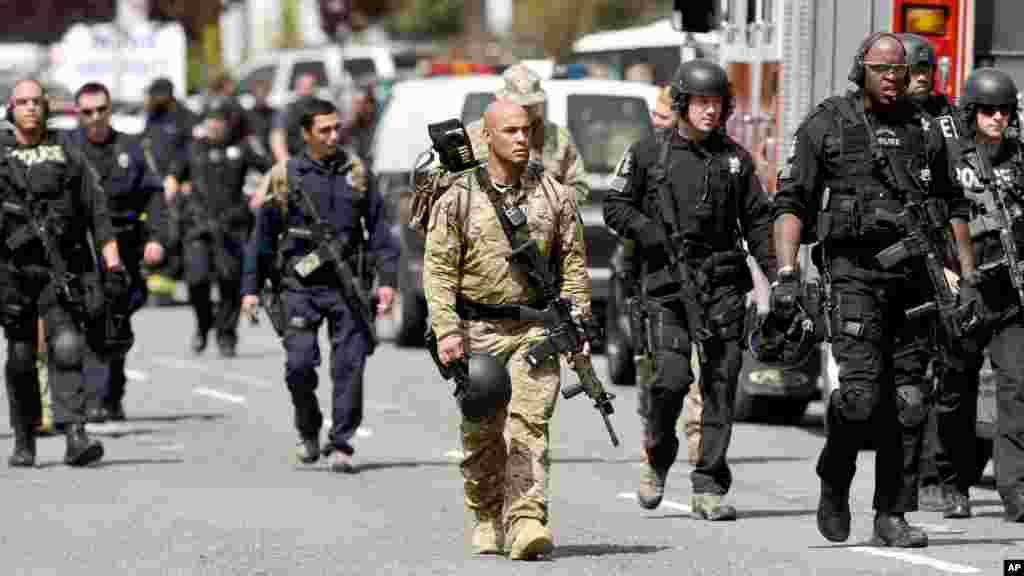 Des policiers quittent l'université Oikos après une fusillade dans une école d'Oakland, en Californie, tuant au moins sept personnes et en blessant trois autres, 2 Avril, 2012.
