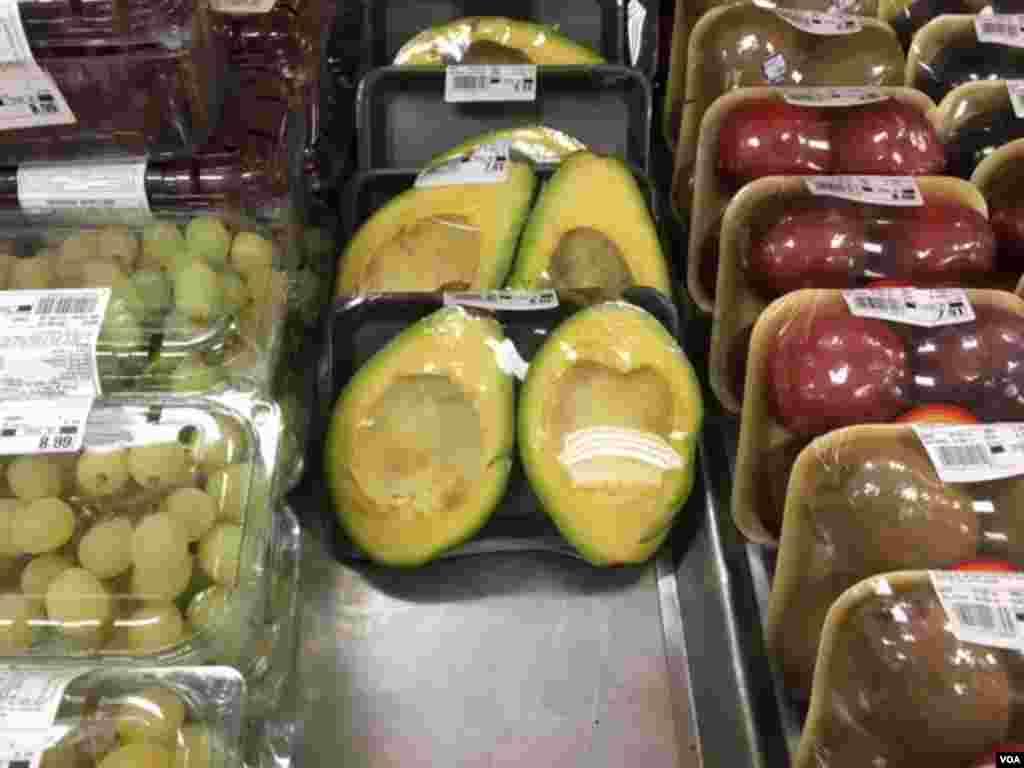بسته آووکادوهای درشت در یک میوه فروشی در ریو