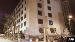 台灣花蓮市遭6.0級地震襲擊,公園路統帥大飯店一樓坍塌,台灣救援人員展開搜救。(2018年2月6日)