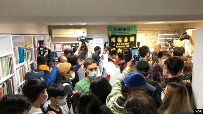 香港铜锣湾书店4月25日正式在台北开幕,创办人林荣基说,台湾是香港人最后的堡垒 (美国之音黄丽玲摄)