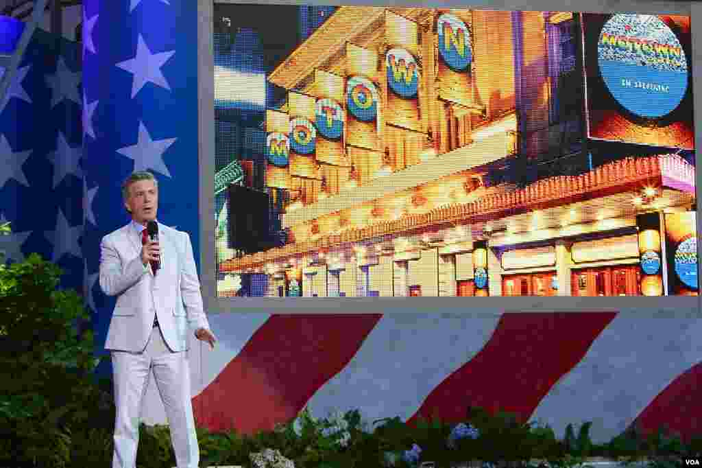 "Host Tom Bergeron at the rehearsal for ""A Capitol Fourth"" in Washington, July 3, 2012 (W. Workinger/VOA)"