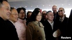 중남미 국가 순방에 나선 차이잉원(가운데) 타이완 총통이 7일 경유지인 미국 텍사스주 휴스턴에 도착, 숙소로 향하고 있다.