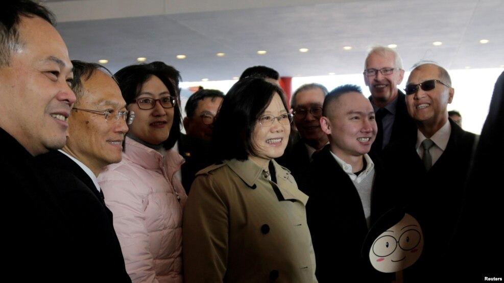 Tổng thống Đài Loan Thái Anh Văn (giữa) tại một khách sạn ở Houston, Texas, nơi bà dừng chân trên đường đến Trung Mỹ, 7/1/2016.