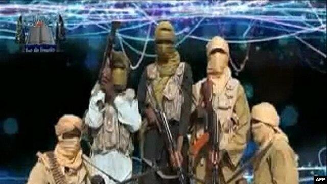 Gambar yang diambil dari video yang dirilis oleh kelompok radikal Islam Ansaru ini menampilkan beberapa anggota kelompok ini (Foto: dok). Ansaru mengaku bertanggung jawab atas penculikan tujuh warga asing di sebuah perusahaan konstruksi milik Lebanon, Setraco, di Nigeria Utara (18/2).