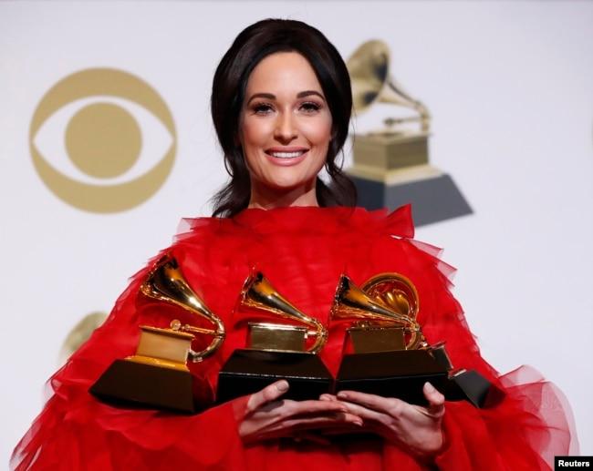 """Kacey Musgraves posa con sus cuatro permios Grammy, incluyedo el de Álbum del Año por """"Golden Hour"""" el domingo, 10 de febrero de 2019 en Los Ángeles, California."""
