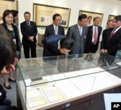 台湾总统马英九俯身观看相关历史文件