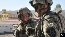 Trung sĩ Robert Bales (trái) trong một buổi thao dượt tại Trung tâm Huấn luyện Quốc giao ở Fort Irwin, bang California vào tháng 8 năm 2011
