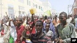 Wakazi wa Mogadishu wakiandamana kumuunga mkono Waziri Mkuu wa Somalia, Mohamed Abdullahi Mohamed, kukaidi mpango wa kujiuzulu