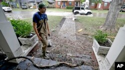 Житель города Джексонвилл в штате Флорида осматривает свой дом, оценивая ущерб от урагана «Ирма». 12 сентября 2017 г.