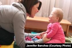 Дженніфер із Софійкою в українському сиротинці. 2010 р.