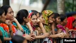 의류공장 노동자들이 지난 10일 방글라데시 다카에서 노동권익 보호를 위해 시위대하고 있다.