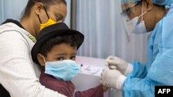 Dječak se testira na koronavirus u Dominikanskoj republici