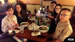 Lần họp mặt cuối cùng của Huỳnh Trương Ngọc Tân với gia đình tại San Diego vào tháng 4/2016 trước khi anh được điều sang Nhật Bản và lên tàu USS Fitzgerald. (Bà Lily Trương bên trái, Tân bên phải, giữa là các em). (Hình gia đình cung cấp)