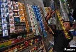 گٹکا کے پیکٹ گلی کوچوں میں عام فروخت ہوتے ہیں۔