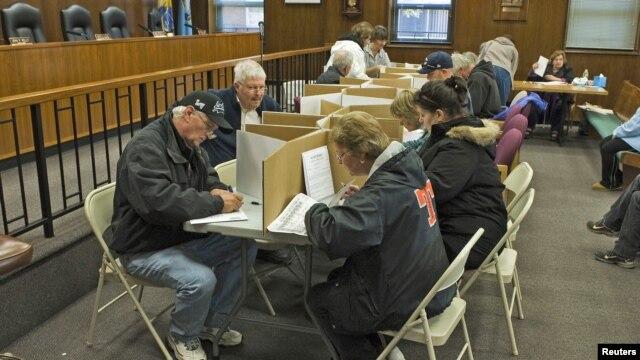 Vote anticipé de quelques  électeurs de Toms River, dans le New Jersey, le 4 novembre 2012