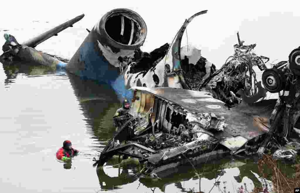 September 7: Rescue divers work next to the wreckage of a plane that crashed near the Russian city of Yaroslavl. A passenger plane carrying a Russian ice hockey team crashed after takeoff from a provincial airport, killing 43 people. REUTERS/Maxim Shipenk