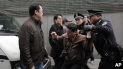 一名男子在上海茉莉花革命集會地點遭到警察逮捕