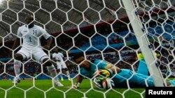 Noel Valladares introduce la bola a su portería luego de un tiro de Karim Benzema, en el segundo gol francés.