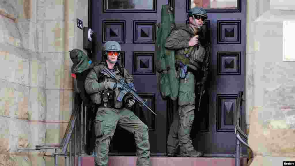 Les agents de la sécurité canadienne, armées jusqu'aux dents, gardent l'entrée de Langevin Block Hill après la fusillade à Ottawa, Canada, le 22 octobre 2014. REUTERS/Chris Wattie