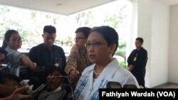 Menter Luar Negeri Retno Marsudi memberikan keterangan soal pencekalan Panglima TNI