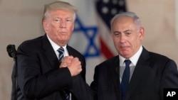 U.S. President Donald Trump, left, and Israeli Prime Minister Benjamin Netanyahu shake hands at the Israel museum in Jerusalem, May 23, 2017.