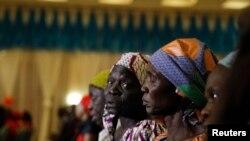 Les parents des jeunes filles de Chibok enlevées par Boko Haram, lors d'une réunion avec le président Buhari à Abuja, Nigeria, le 14 janvier 2016.