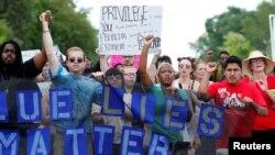Những người biểu tình phản đối vụ Philando Castile bị bắn chết, tụ tập trước sở cảnh sát ở St Anthony , bang Minnesota , ngày 10 tháng 7 năm 2016.