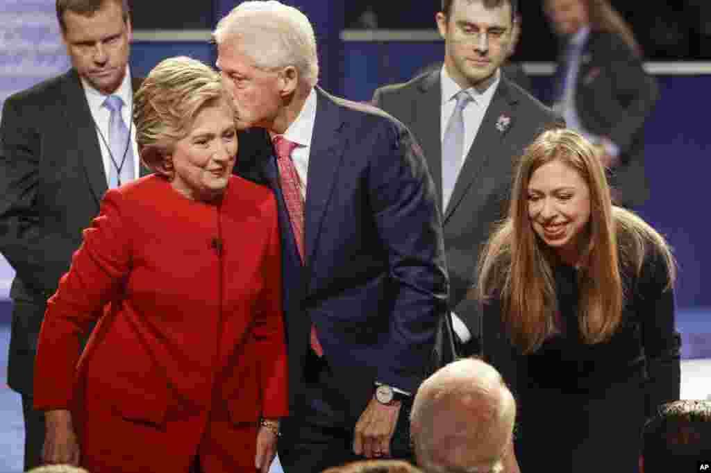 អតីតប្រធានាធិបតីលោក Bill Clinton ថើបបេក្ខជនប្រធានាធិបតីគណបក្សប្រជាធិបតេយ្យ Hillary Clinton ស្របពេលដែលកូនស្រីនាង Chelsea Clinton ផ្តល់ការទទួលស្វាគមន៍នៅអំឡុងពេលការជជែកតស៊ូមតិនៅមហាវិទ្យាល័យ Hofstra ក្នុងក្រុង Hempstead បុរីញូវយ៉ក កាលពីថ្ងៃទី២៦ ខែកញ្ញា ឆ្នាំ២០១៦។