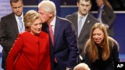 Debatdan sonra sabiq prezident və həyat yoldaşı Bill Klinton Hillarini öpür. Valideynlərinə qoşulan Çelsi tərəfdarları salamlayır.