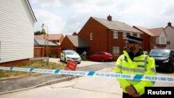 Cảnh sát Anh canh giữ lối vào một khu nhà ở trên đường Muggleton ở Amesbury sau khi có thông tin hai người bị trúng độc chất độc thần kinh Novichok hôm 5/7.