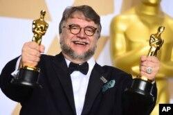 4일 미국 로스앤젤레스에서 열린 제90회 아카데미 시상식에서 영화 '셰이프 오브 워터'로 감독상을 받은 기예르모 델 토로 감독.